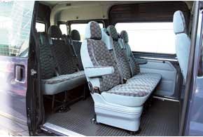 Благодаря широкому дверному проему посадка на задний ряд  удобна, можно даже не складывать спинку сиденья среднего ряда.