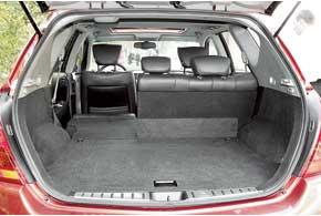 Благодаря регулирующимся спинкам заднего сиденья объем багажника может варьироваться. Отбросить их вперед можно состороны багажника специальной клавишей. Погрузочный порог достаточно высок.