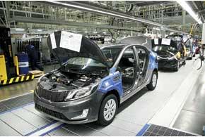 Kia Rio выпускается на той же конвейерной линии, что и Hyundai Accent. Чтобы рабочим было удобнее, защитные накладки уRioсиние, а у Accent – желтые.