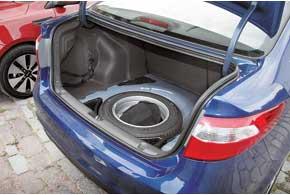 Под полом 500-литрового багажника скрывается полноразмерная запаска, а в богатых комплектациях есть еще иорганайзер.
