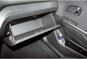 В машине множество отделений для багажа, в том числе вместительный бардачок.