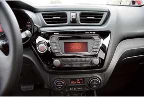 В дорогих комплектациях запуск двигателя осуществляется кнопкой, есть климат-контроль, аудиосистема сСD/MP3 и т.д.