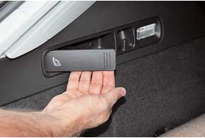 Спинки заднего ряда можно сложить из багажника.