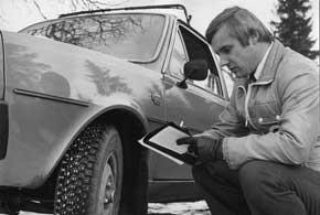 Технический специалист компании тестирует новую шину, 1970 г.