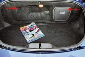 Мотор спрятан между салоном и задним багажником. В нем же – заливные горловины для масла и охлаждающей жидкости. Из носового отсека убрали «докатку», шины позволяют ехать при проколе.