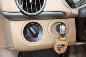 Замок зажигания, расположенный слева от рулевой колонки, – дань спортивному наследию марки Porsche, хранимая десятилетиями.