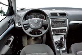 В салоне Skoda Octavia имеется большое количество разных пообъему мест для мелких вещей.  В этом автомобиль серьезно превосходит своего соперника.