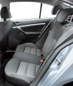 Задние сиденья Octavia предпочтительней для двоих. Кроме того, здесь есть регулируемые воздуховоды. За доплату в$480 можно заказать обогрев всех сидений.
