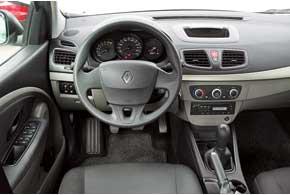 Торпедо Renault Fluence – с мягким пластиком сверху. В отличие от конкурента здесь имеется подрулевое управление фирменной музыкальной системой.