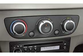 Кондиционер в Fluence устанавливается только в базовую версию, остальныеавтомобили стоимостью от 164500грн. – сдвухзонным климат-контролем.
