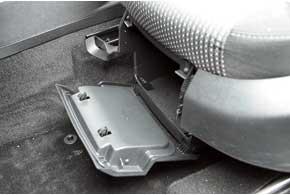 Под переднее кресло можно спрятать сменную обувь.