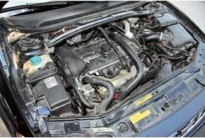 Бензиновый агрегат 2,5 л с «автоматом» обеспечивает этому универсалу вполне приличную динамику – 8,5 с до «сотни».