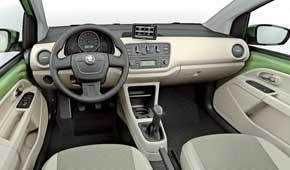 Салоны «тройняшек» отличаются рулевыми колесами, рукояткой КП, картами дверей и материалами отделки.