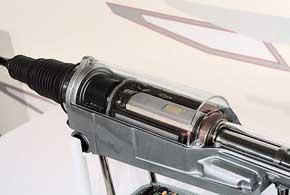 Статор электромотора интегрирован в корпус рулевой рейки, а ротор связан срейкой.