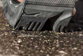 Разница между аквапланированием, слэшпленингом и вископланированием в том, что именно находится между протектором шины и поверхностью дороги при качении колеса.