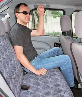 Высокие пассажиры отметят, что у Logan больше места над головой и для ног. Троимпассажирам сидеть удобнее.