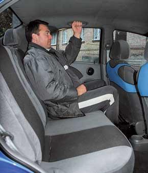 Салон Aveo уже, чем у конкурента: троим на галерке тесновато, а передний пассажир будет чувствовать локоть соседа.