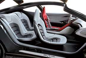 Все органы управления сконцентрированы вокруг водителя, а каждый из пассажиров получил индивидуальное спортивное кресло.