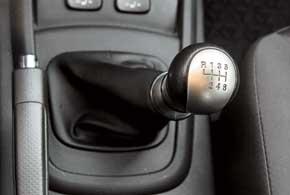 Механическая коробка позволяет сэкономить при покупке машины, а в тяжелых условиях эксплуатации вселяет больше уверенности. Передачи включаются не очень четко, но легко.
