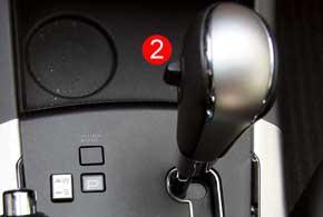 Самостоятельно выбирать передачи АКП можно либо узкими кнопками (1) наруле, либо «флажком» (2) на рычаге.