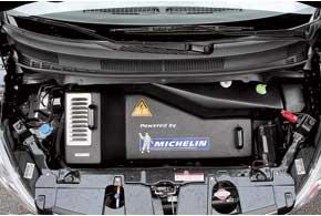 Под капотом размещены блоки управления электромоторами – тяговыми и подвески, по одному на каждый.