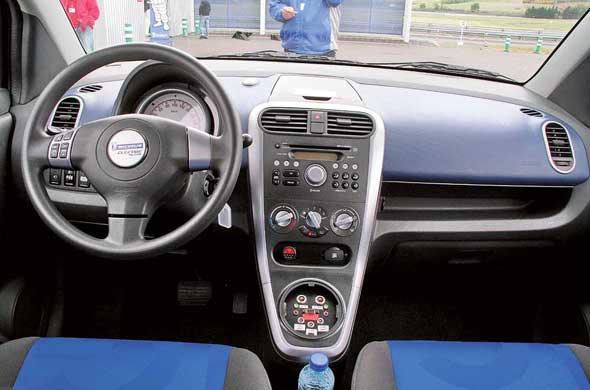 В салоне все, что должно быть у полноценного современного автомобиля – музыка, кондиционер, электроприводы стекол изеркал.