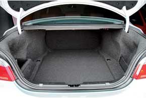 Багажник седана Е60 не самый вместительный– 520 л против 546л у AudiA6 и540л у Mercedes E-Klasse W211. Функциональность снижают зауженный погрузочный проем и «глухие» задние сиденья.