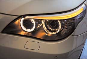 На старых авто часто оказывается мутным пластиковый колпак передней оптики из-за дорожной «пескоструйки».