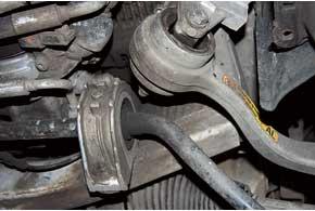 Чаще всего впередней подвеске придется менять «резинки» стабилизатора и масляные сайлент-блоки верхних рычагов (меняются отдельно) – всреднем выхаживают около 50 тыс. км.