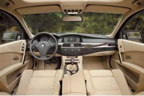 Дизайн интерьера, как и экстерьера, существенно отличается от предшественников– уЕ60 нет традиционной, развернутой к водителю центральной консоли. Версии с2006года оснащались системой бесключевого пуска двигателя кнопкой «Старт-стоп».