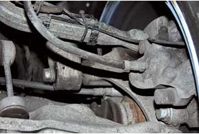 Тормозные шланги задних суппортов на подержанных Е60 могут иметь микротрещины наружной оболочки.