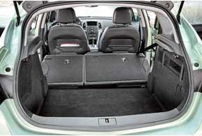 Объем багажника в370 литров впоходном положении – не самый большой вС-классе, но один из наиболее вместительных. Ровного пола при складывании спинок не получается.