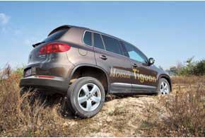 Тест на диагональное вывешивание Tiguan проходит без проблем, ESP моментально притормаживает буксующие колеса и автомобиль продолжает движение.
