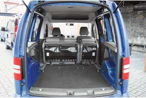 Сняв второй ряд в Caddy, так же получаем отсек объемом 3200 литров. С установленным диваном он составляет 750 л. В «базе» боковины багажного отсека не прикрыты.