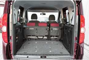 Объем грузового отсека Fiat Doblo Panorama в пятиместной конфигурации больше, чем у конкурента, на 40 литров (790 л). Демонтировав сиденья, его можно увеличить до 3200 л.