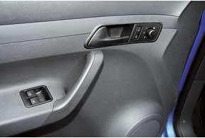 У VW электропривод наружных зеркал истеклоподъемников – опция для начальной комплектации Startline. Открываем/закрываем центральный замок соответствующими кнопками.