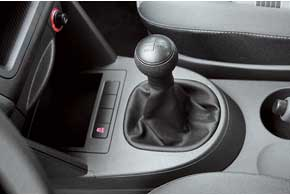 Ход рычага переключения передач короче ичетче, чем уконкурента. Система стабилизации ESP по умолчанию стоит на всех VW Caddy.