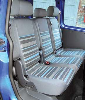 Среднему пассажиру в VW  немного мешает трансмиссионный тоннель и подиум своздуховодами.