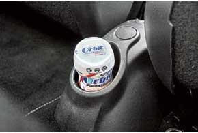 В торце центральной консоли у ног задних пассажиров есть держатель для бутылочки, стаканчика или баночки Orbit.