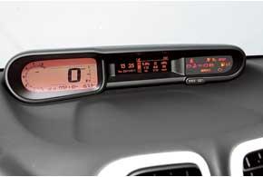 Смотря на приборы, слегка «косишь» вправо. Обороты мотора можно контролировать нетолько по«улитке» тахометра, ноипозвуку.