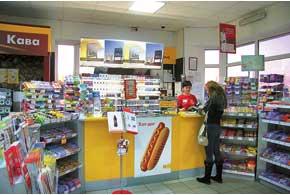 На Shell, помимо заправки авто топливом, можно «заправить» себя и пассажиров питательными хот-догами с хрустящей обжаренной булочкой и толстой охотничьей сосиской. Одного бутерброда хватает на 200–300км пути– проверено.