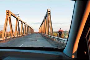 Мост через р. Самара вНовомосковске (Днепропетровскаяобл.). Состояние дороги – «убитая».