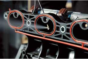 Струя топлива должна распыляться по центру сечения впускного тракта, иначе ухудшатся характеристики мотора на высоких оборотах.