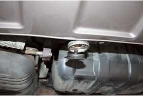 Чтобы не нарушать экстерьер, «заливную горловину» разместили по центру  нижней плоскости фартука заднего бампера.