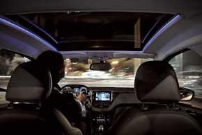 В ночное время салон и панорамный люк в крыше имеют приятную голубую подсветку на светодиодах.
