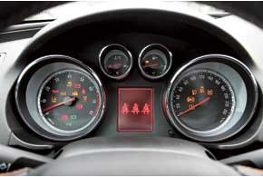 На приборной панели сконцентрированы многочисленные пиктограммы и индикаторы, а часть информации выводится нанебольшой ЖК-дисплей по центру.