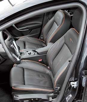 Удобные анатомические сиденья  водителя и пассажира регулируются  с помощью электроприводов в восьми направлениях.