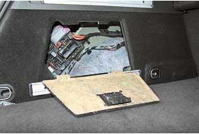 В зависимости отположения спинки заднего сиденья объем багажника составляет  540–1530л. Полимеет двойное дно, авлевой боковой нише расположен  блок предохранителей.