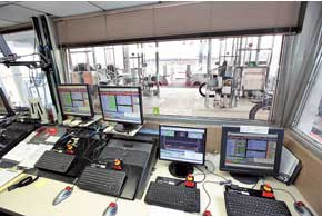 Установленные на динамометрических стендах автомобили стестируемым моторным маслом контролируются компьютерами круглые сутки.