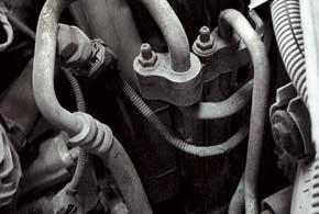 Особенность украинской сборки– трубку системы кондиционирования загибают под корпус вентилятора охлаждения, исовременем она перетирается.